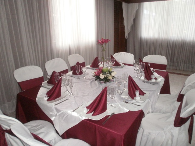 Base vino tinto menaje y manteles en bogota for Alquiler decoracion bodas